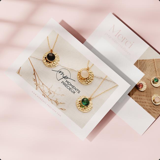Chaîne médaille gravée et pompon bleu
